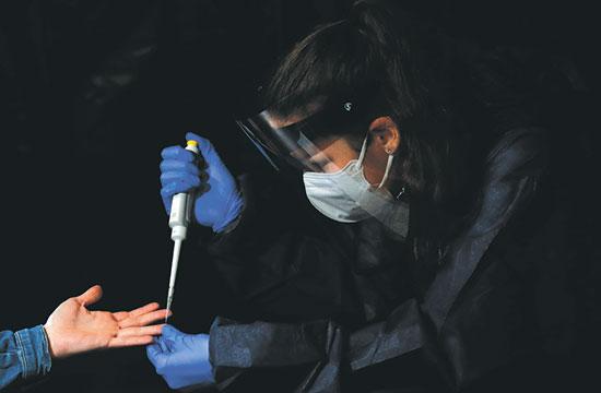 בדיקות קורונה בצ'כיה   / צילום: Petr David Josek, Associated Press