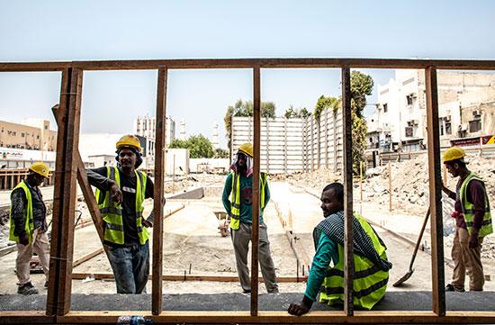 פועלים באתר בניה בבחריין / צילום: shutterstock, שאטרסטוק