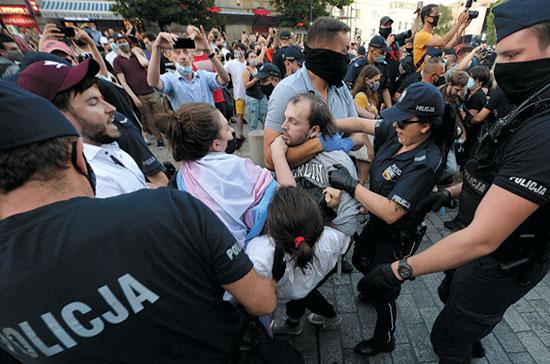 """המשטרה עוצרת פעיל להט""""בי בהפגנה בוורשה נגד ההומופוביה של השלטון, החודש / צילום: Czarek Sokolowski, Associated Press"""