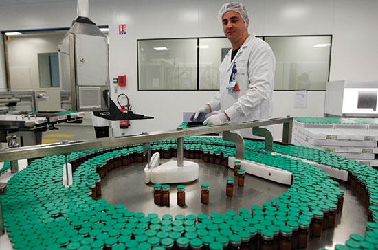 מפעל של סאנופי, שייצר חיסונים לשפעת החזירים. צרפת נתקעה עם הוצאה של 365 מיליון אירו ו־25 מיליון מנות חיסון מיותרות / צילום: Jacques Brinon, Associated Press
