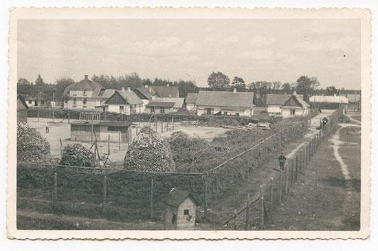 מחנה סוביבור כפי הוא נראה מעמדת השמידה. המבנים בתמונה שימשו את עובדי הכפייה היהודים שעבדו במחנה לעבודה ומגורים / צילום: באדיבות מוזיאון השואה בוושינגטון