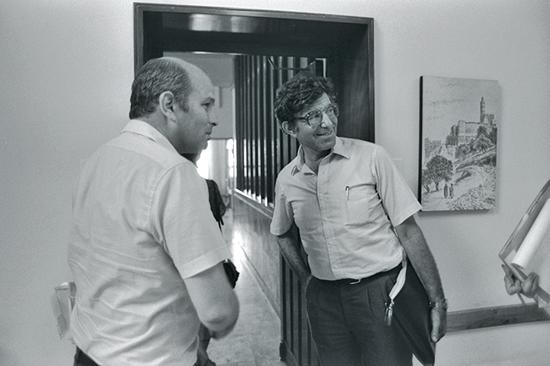 """תוכנית הייצוב, 1985. פוגל, אז ראש אגף התקציבים עם הנגיד לעתיד פרופ' מיכאל ברונו, אז יועץ לממשלה / צילום: הרמן חנניה, לע""""מ"""