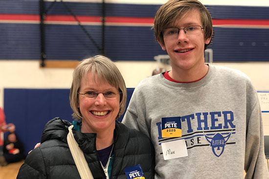 סו־אלן ובנה מקס שהחליט לא להצביע לביידן אחרי שהלך לשני אירועים שלו / צילום: טל שניידר, גלובס