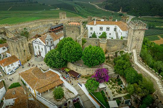 מבט על של הטירה Castelo de Obidos, שבעיירה אובידוס, וכיצד רחובותיה בנויים מבפנים / צילום: shutterstock, שאטרסטוק