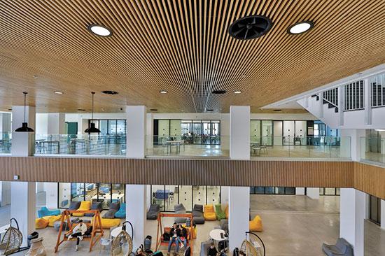 """החלל הפנימי של בית הספר להייטק ואמניות בת""""א / צילום: גיא יחיאלי"""