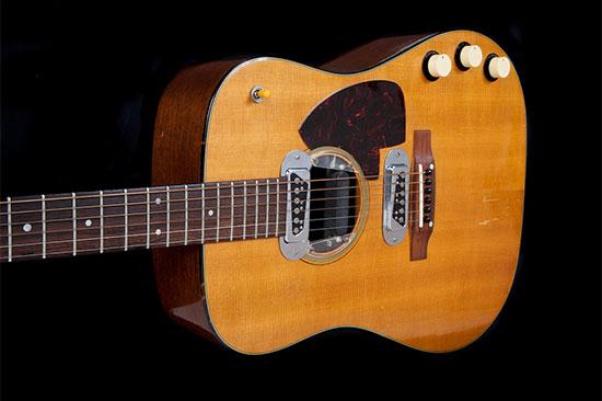 הגיטרה האקוסטית של קורט קוביין ממופע האנפלאגד המפורסם שאיתה הופיע ב-MTV  / צילום: Julien's Auctions/Handout, רויטרס