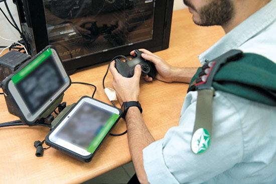 """קצין בודק את המערכת החדשה / צילום: דוברות צה""""ל"""