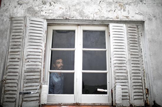 אדם במהלך הסגר / איור: Sal Vedder, Associated Press