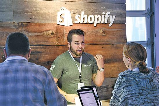 SHOPIFY. משרתת מיליוני עסקים ברחבי העולם   / צילום: Denis Poroy, Associated Press