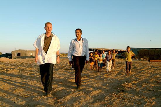 """פרופ' אוהד בירק וד""""ר חליל אלבדור בפזורה ליד לקייה / צילום: דני מכליס, אוניברסיטת בן-גוריון בנגב"""