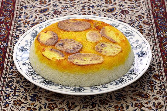 תהדיג. תבשיל אורז פרסי עם (או בלי) תחתית קלויה היטב של פרוסות תפוחי אדמה בתחתית  / צילום: shutterstock, שאטרסטוק