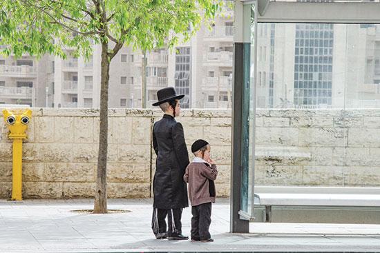 """ילדים בתחנת אוטובוס. """"או שדברים יקרו בצורה לא ליגלית, או בצורה מסודרת""""   / צילום: shutterstock, שאטרסטוק"""