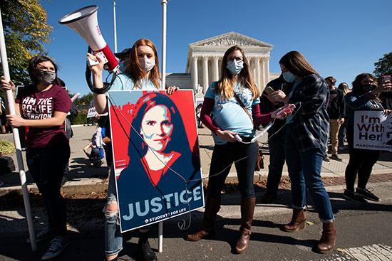 רפובליקאיות שתומכות במינוי איימי קוני בארט לבית המשפט העליון שנראה ברקע, בשבוע שעבר / צילום: Jose Luis Magana, Associated Press