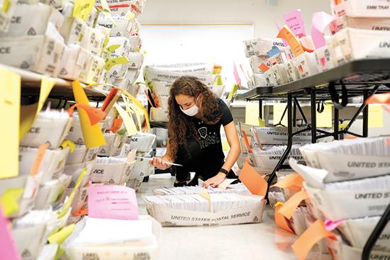 הליך מיון מעטפות הבחירות בניו ג'רזי בשבת. מעולם לא הצביעו רבים כל כך בדואר / צילום: Seth Wenig, Associated Press