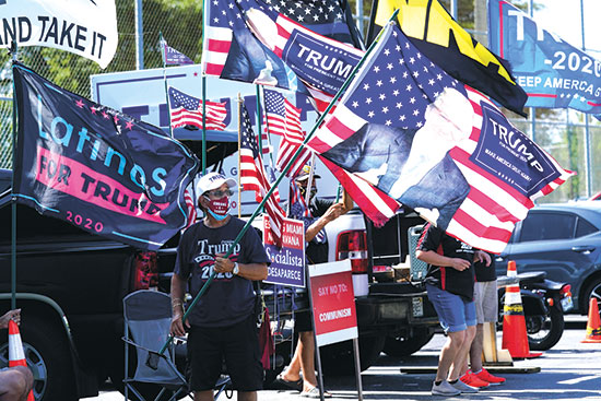 דגלי תמיכה בטראמפ מחוץ לקלפיות המוקדמות בפלורידה, השבוע / צילום: Lynne Sladky, Associated Press