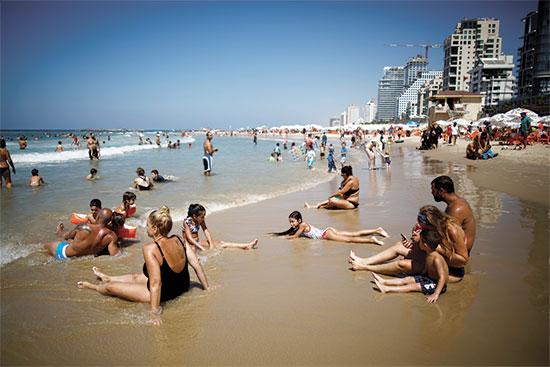 חוף הים בתל אביב / צילום: רויטרס