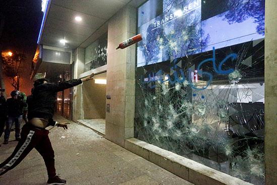 המוחים מוציאים את זעמם על בנקים ברחבי המדינה / צילום: MOHAMED AZAKIR, רויטרס