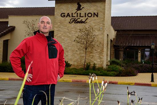 חיים אוחיון, עם מלון גליליון שבבעלותו ברקע / צילומים: אייל הצפון