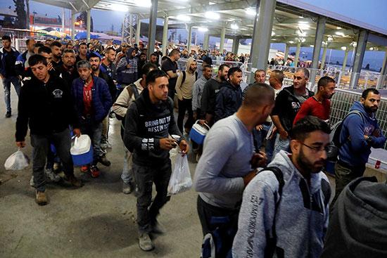עובדים פלסטינים במחסום בצל הקורונה / צילום: רויטרס