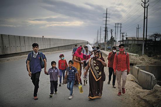משפחה מנסה לחזור מניו דלהי לביתם בכפר שנמצא מאות קילומטרים משם / צילום: Altaf Qadri, AP