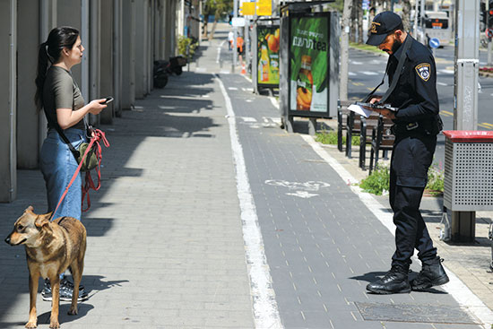 """שוטר אוכף הסגר בת""""א / צילום: איל יצהר, גלובס"""