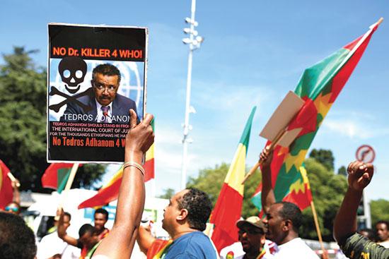 """הפגנה נגד מינוי גברייזוס ליו""""ר הארגון, 2017. נטען כי היה חלק מממשלה שטייחה פגיעות בזכויות אדם באתיופיה / צילום: PIERRE ALBOUY, רויטרס"""