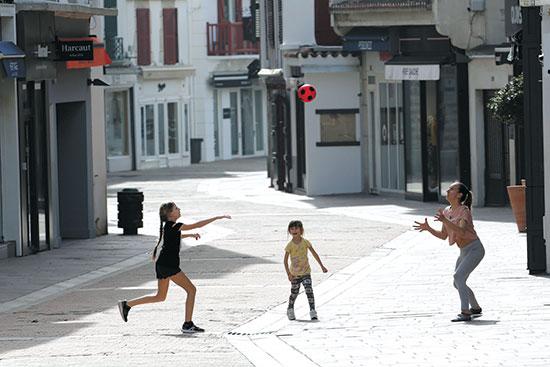 ילדים משחקים ברחוב ריק בצרפת  / צילום: Bob Edme, Associated Press