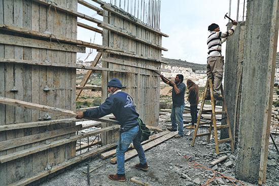 אתר בנייה בפסגת זאב בתחילת המשבר / צילום: Mussa Qawasma, רויטרס