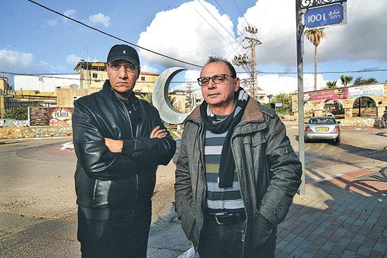 ג'מאל שעבאן וסאיב מנצור בכניסה ליישוב / צילום: איל יצהר, גלובס