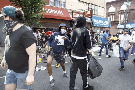 בזיזת חנויות בפילדלפיה ביום שבת / צילום: Matt Rourke, Associated Press