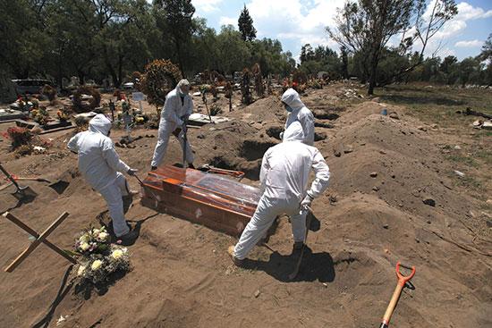 חופרים קברים בבית עלמין במקסיקו סיטי, החודש / צילום: Marco Ugarte, Associated Press