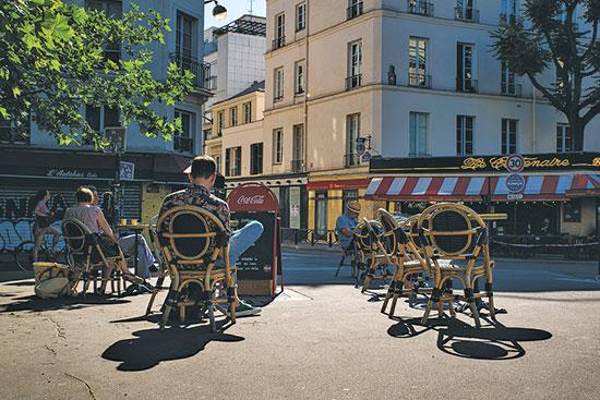 מקומות ישיבה בחוץ בפריז / צילום: רויטרס