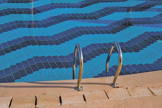 """בריכת שחייה. """"משלמים קצת פחות חשמל אבל זה לא משמעותי""""  / צילום: shutterstock, שאטרסטוק"""