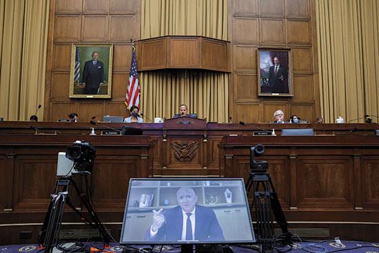 """יו""""ר תת הוועדה דיוויד סיסליני והקרנה של עדות ג'ף בזוס / צילום: רויטרס"""