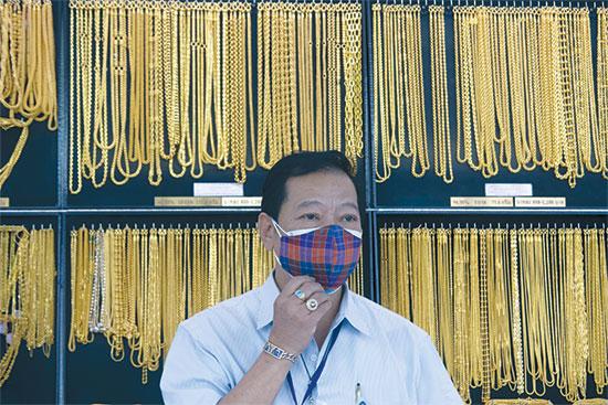 """חנות תכשיטי זהב בתאילנד. הזינוק בשווי הזהב הביא רבים בכל רחבי העולם לרכוש תכשיטים מתוך אמונה שהוא אמצעי """"בטוח"""" יותר מכסף / צילום: Sakchai Lalit, Associated Press"""