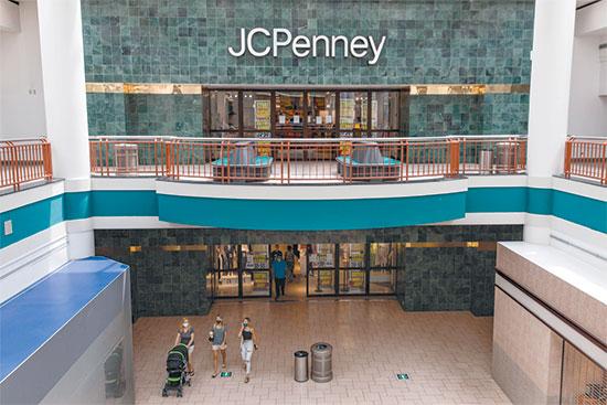 """חנות של JCPenney בניו יורק, יולי. החברה סוגרת 154 חנויות ברחבי ארה""""ב  / צילום: Maranie Staab, רויטרס"""