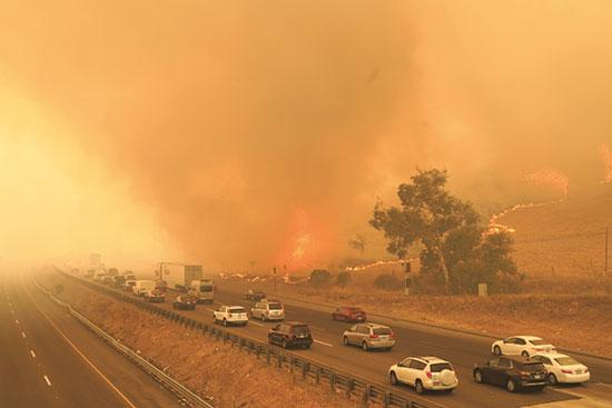 שרשרת של שריפות לצד הכביש המהיר בקליפורניה / צילום: רויטרס