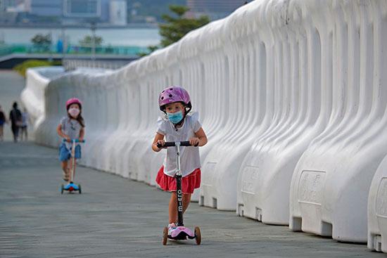 """""""הילדים זקוקים לעזרה כדי לשקם את הנזק שנגרם ליכולות החברתיות שלהם"""" / צילום: Kin Cheung, Associated Press"""
