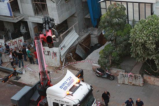 """מכונית שנפלה לבור שנפער עקב עבודות תמ""""א 38 בתל אביב / צילום: שלומי יוסף, גלובס"""