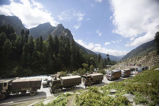 כלי רכב צבאים הודיים בחבל קשמיר לאחר פרובוקציה סינית על הגבול השבוע / צילום: Mukhtar Khan, Associated Press