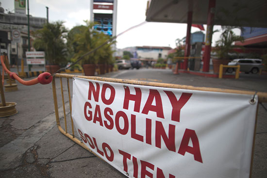 """שלט """"אין דלק"""" בתחנת דלק בבירת ונצואלה קראקס, מאי 2020 / צילום: Ariana Cubillos , Associated Press"""
