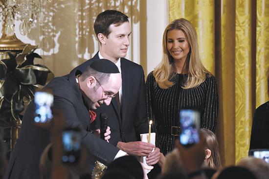 איוונקה טראמפ וג'ראד קושנר בהדלקת נרות חנוכה בבית הלבן. לפעמים הנישואים מובילים לצירוף יהודים חדשים / צילום: Olivier Douliery, רויטרס