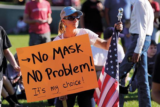 """עצרת נגד לבישת מסכות בסולט לייק סיטי ביוטה, החודש. חוסר אמון בארה""""ב בצעדים שננקטים נגד הקורונה, שממשיכה להכות / צילום: Rick Bowmer, Associated Press"""
