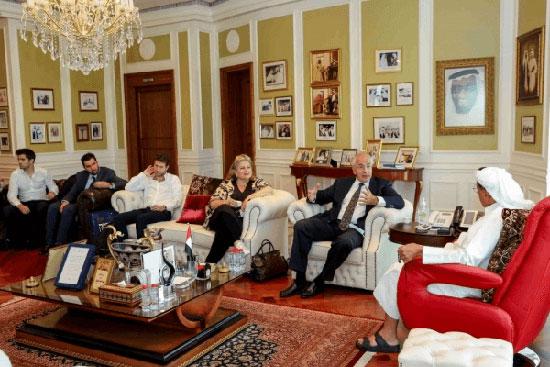 """שלומי פוגל ונציגים מהנהלת קבוצת """"אמפא"""" בדובאי / צילום: יח""""צ"""