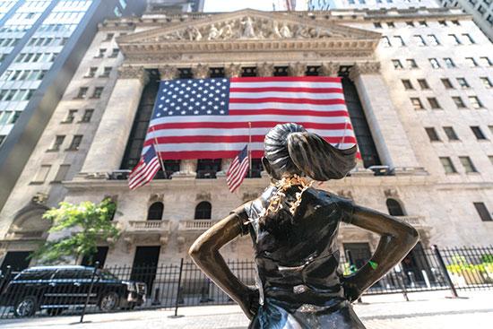 """""""הילדה חסרת הפחד"""" מול בניין הבורסה בוול סטריט, החודש / צילום: Mary Altaffer, Associated Press"""