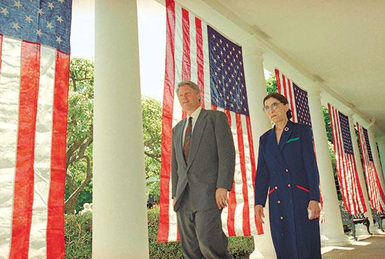 גינסבורג עם הנשיא ביל קלינטון זמן קצר לפני ההכרזה הרשמית על מועמדותה לעליון, יוני 1993 / צילום: Doug Mills, Associated Press