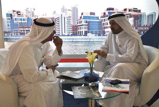 אנשי עסקים בלובי במלון בדובאי / צילום: Ahmed Jadallah, רויטרס