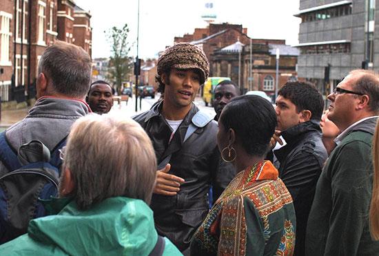 ההיסטוריון לורנס ווסטגאף בסיור בעקבות העבדות בליברפול. צאצא של עבד שהובא לעיר ב־1820   / צילום: לורנס ווסטגאף