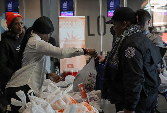 """מרכז חלוקת מזון. 41% ממשקי הבית בארה""""ב לא עומדים בהוצאה בלתי צפויה של 400 דולר   / צילום: Brendan McDermid, רויטרס"""