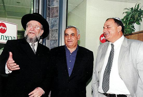 1999: תשובה, איציק מרדכי והרב ישראל מאיר לאו. הקפיץ את עצמו לליגה הלאומית / צילום: תמר מצפי